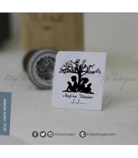 Ağaca Yaslanan Çift- Kişiye Özel Kitap Damgası